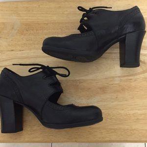 Born Shoes Black Lace high heel Shootie